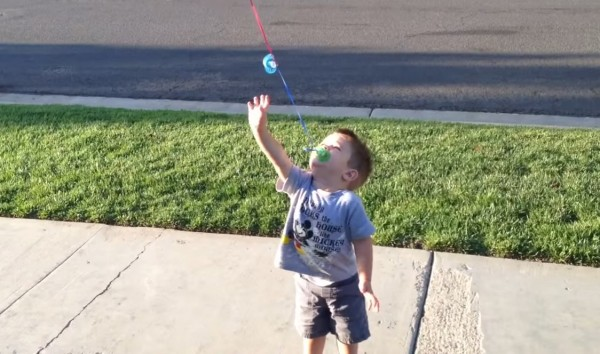 Pai convence filho a dar adeus à chupeta de um jeito lúdico e fofo